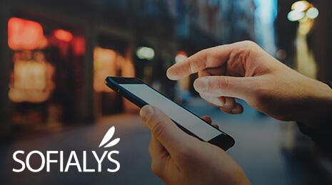 visuel Sofialys : deux mains manipulants un téléphone mobile