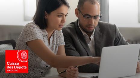 Logo Caisse des Dépôts Groupe avec la photo d'un femme et d'un homme regardant un écran