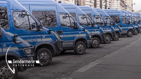 Logo Gendarmerie Nationale avec la photo de fourgons bleus