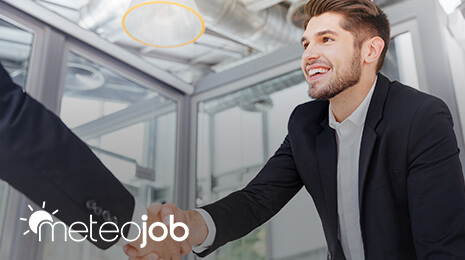 Logo MeteoJob avec la photo d'un jeune homme serrant la main d'une personne