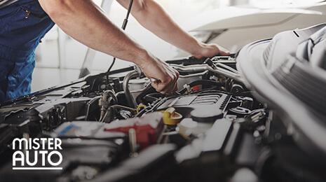 Logo Mister Auto.com avec une photo d'un mécanicien