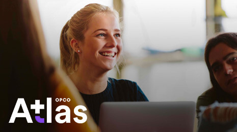 jeune fille souriante devant son ordinateur + logo Opco atlas