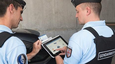 Deux gendarmes regardant une tablette